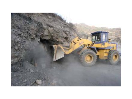 在露天矿开采运用预裂爆破技术探讨
