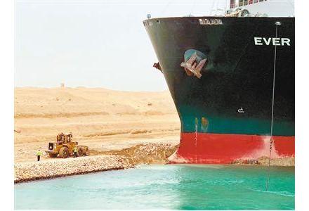 苏伊士运河搁浅货轮略微移动 何时脱困仍说不准