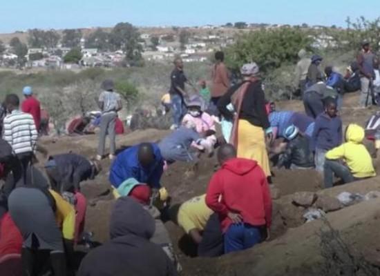 """南非数万人不顾疫情控制禁令挖""""钻石"""" 官方鉴定:石英石"""